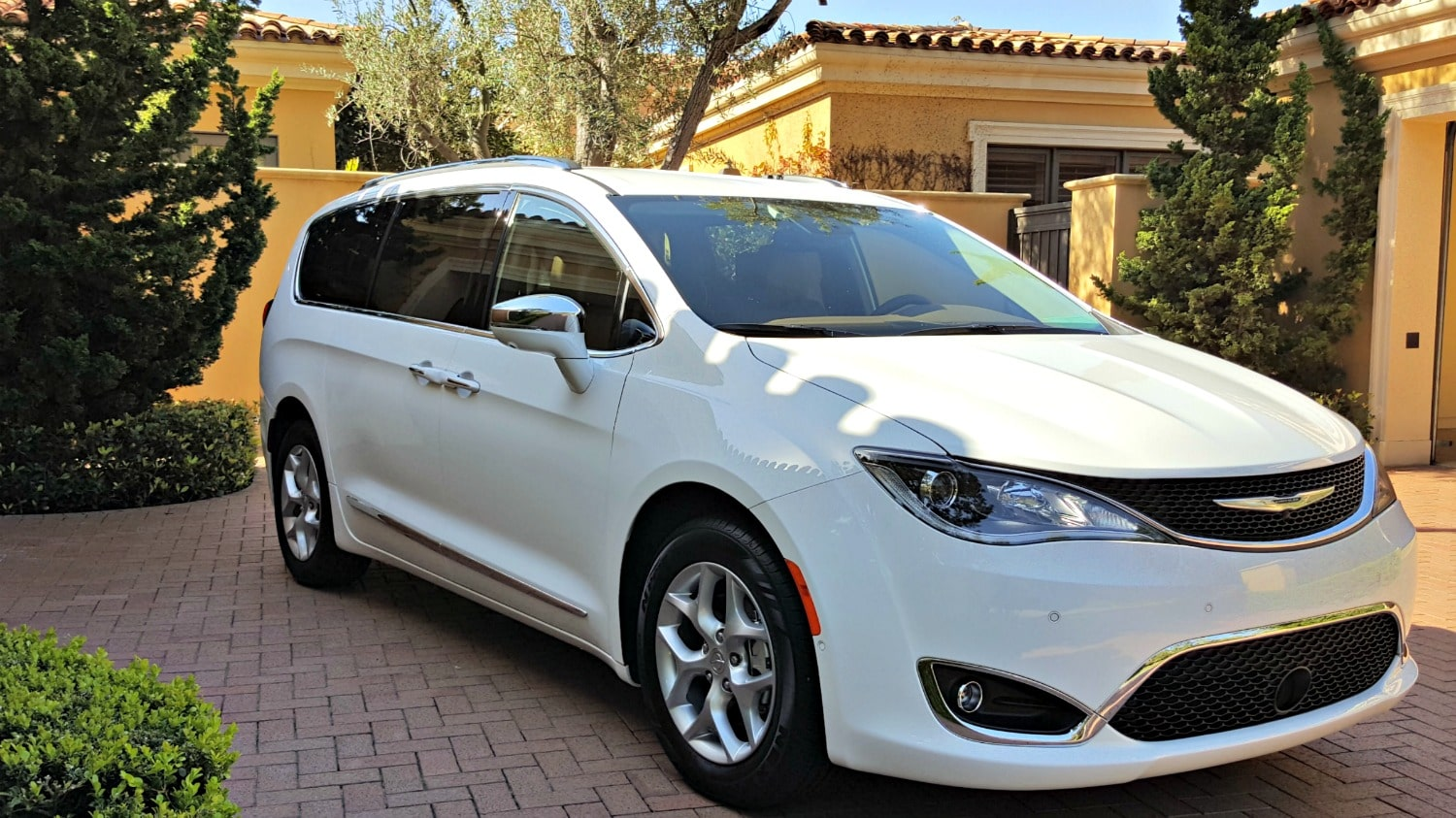 2016 chrysler pacifica a minivan even haters can love. Black Bedroom Furniture Sets. Home Design Ideas