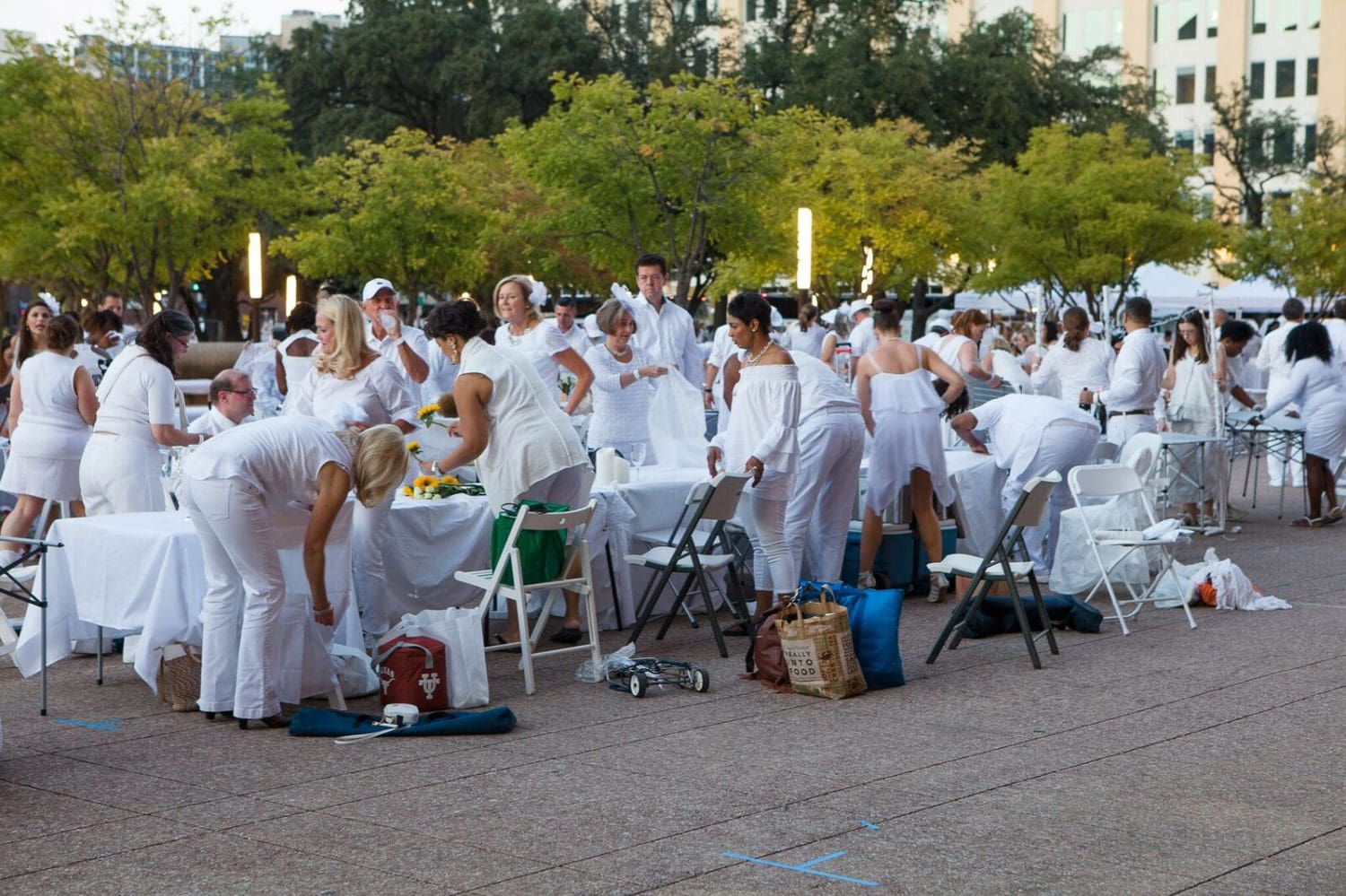 dallas-diner-en-blanc-setting-up