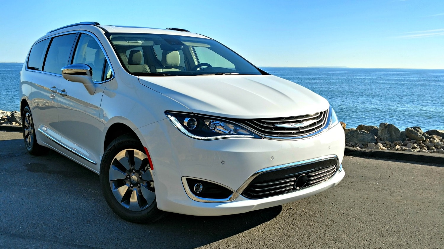 2017 chrysler pacifica hybrid the minivan you 39 ve been waiting for focus daily news. Black Bedroom Furniture Sets. Home Design Ideas