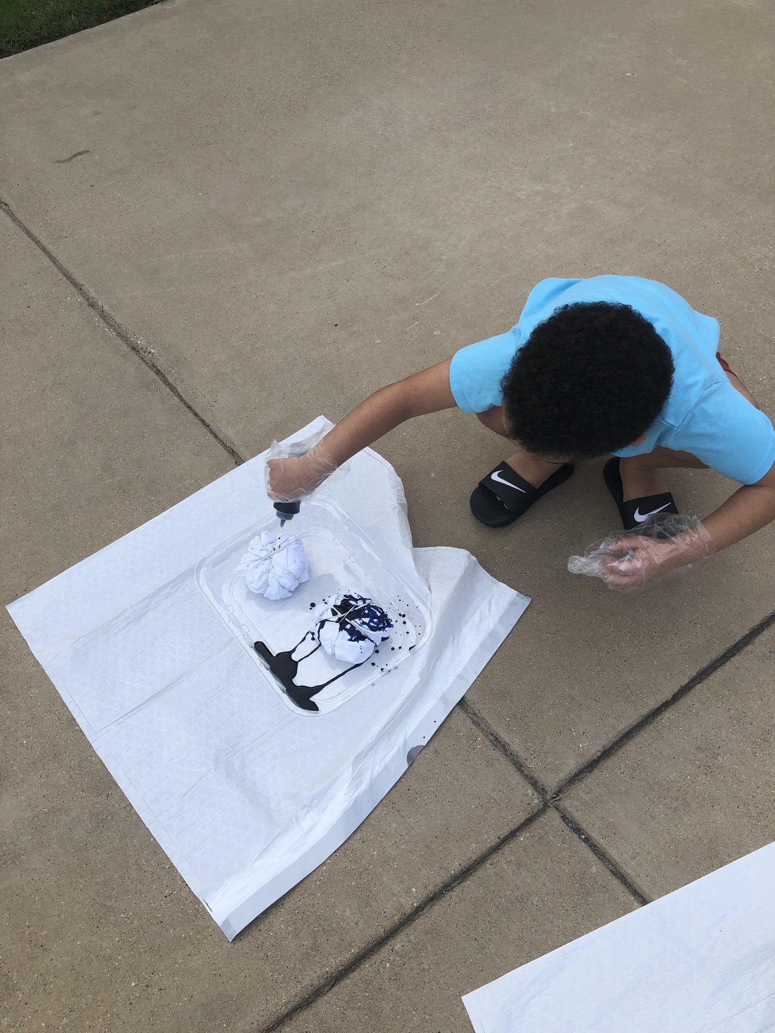 kid making tye dye tshirt