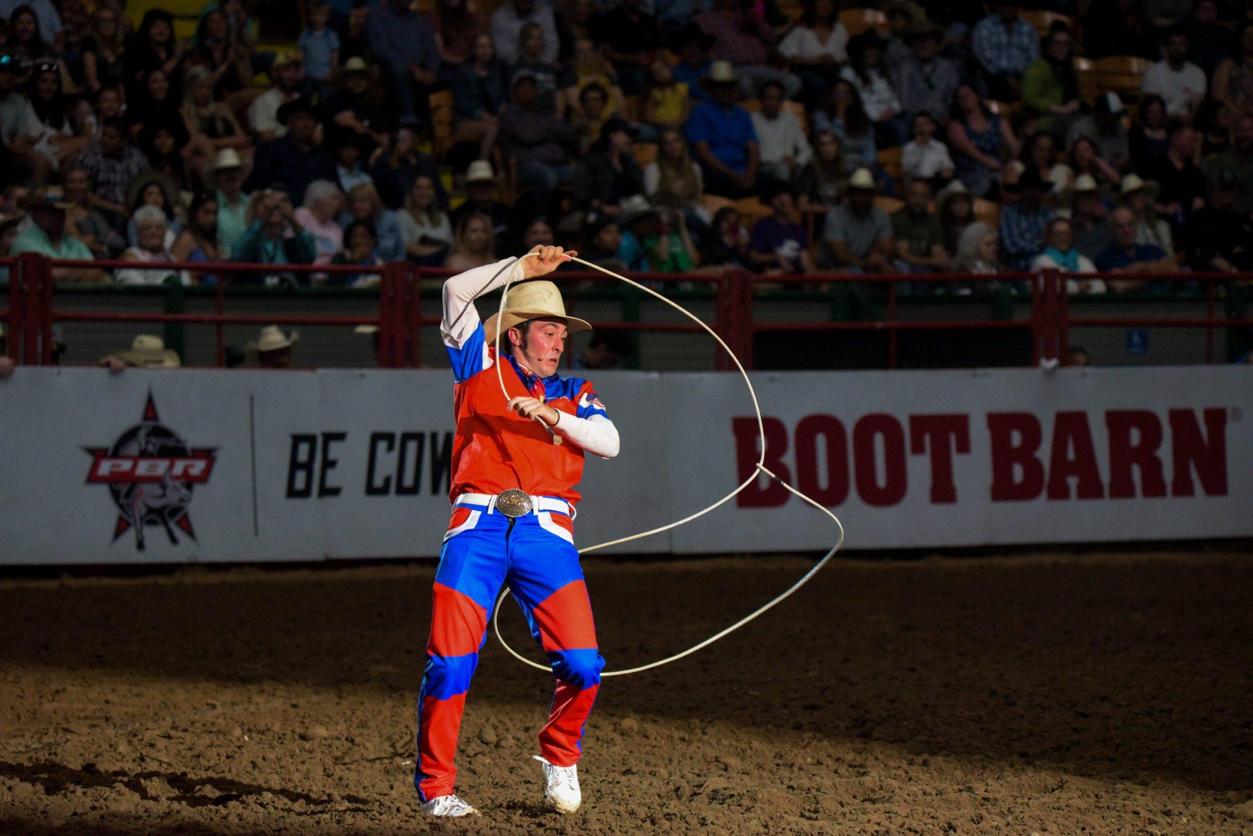 Cowboy com um laço na arena