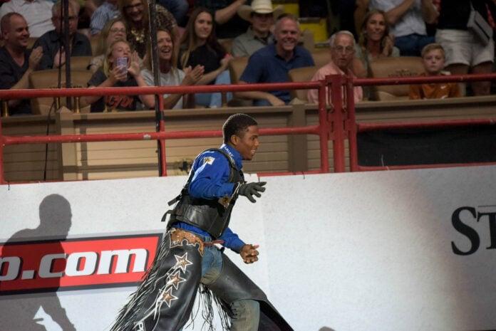 Ezekiel Mitchell depois de montar um touro